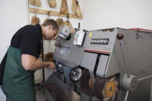 Sanitätshaus Lappe - Galerie Schuh-Reparatur - an der Maschine